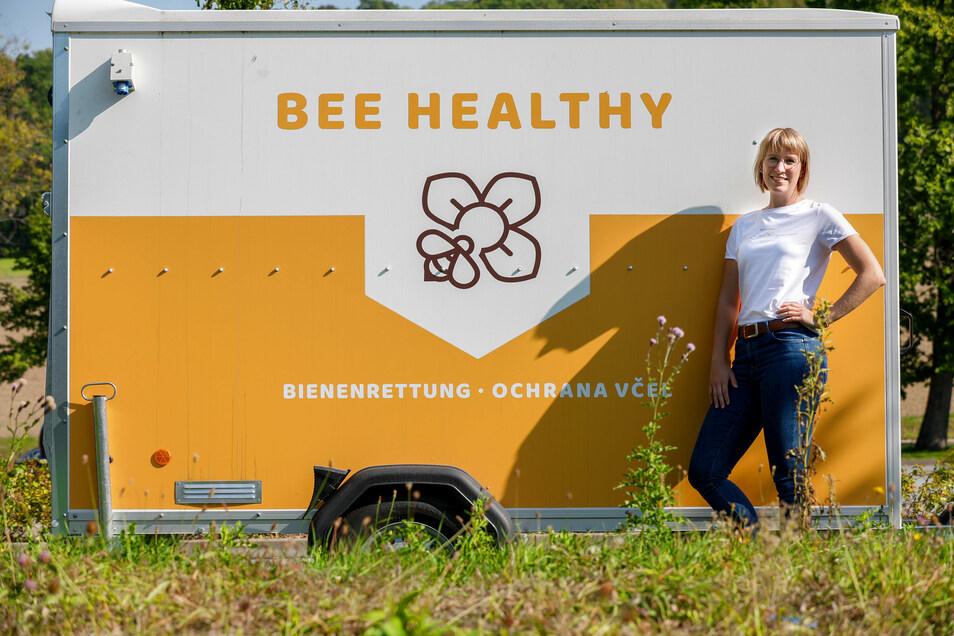 Annabell Krause von der Entwicklungsgesellschaft Niederschlesische Oberlausitz vor dem neuen Bienenrettungswagen.