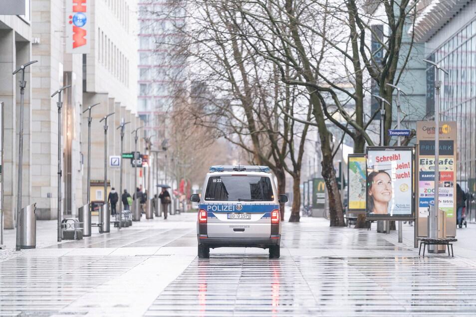 Erinnern Sie sich? Ein Polizeiauto steht während des ersten Lockdowns im März 2020 auf der menschenleeren Prager Straße in Dresden.