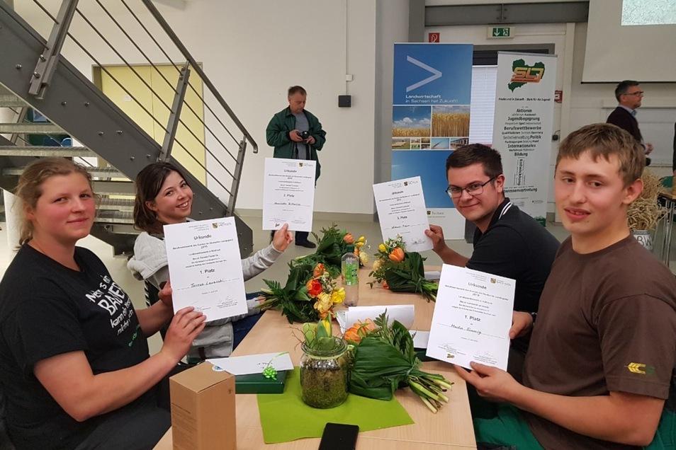 Sie waren beim Landeswettbewerb erfolgreich (von links):Teresa Lowaschi erreichte Platz 1 bei den Tierwirten,Henriette Bitterlich aus Maltitz Platz 2; bei den Landwirten wurdeMichael Peise aus Uhyst Dritter und Martin Simmig erster.