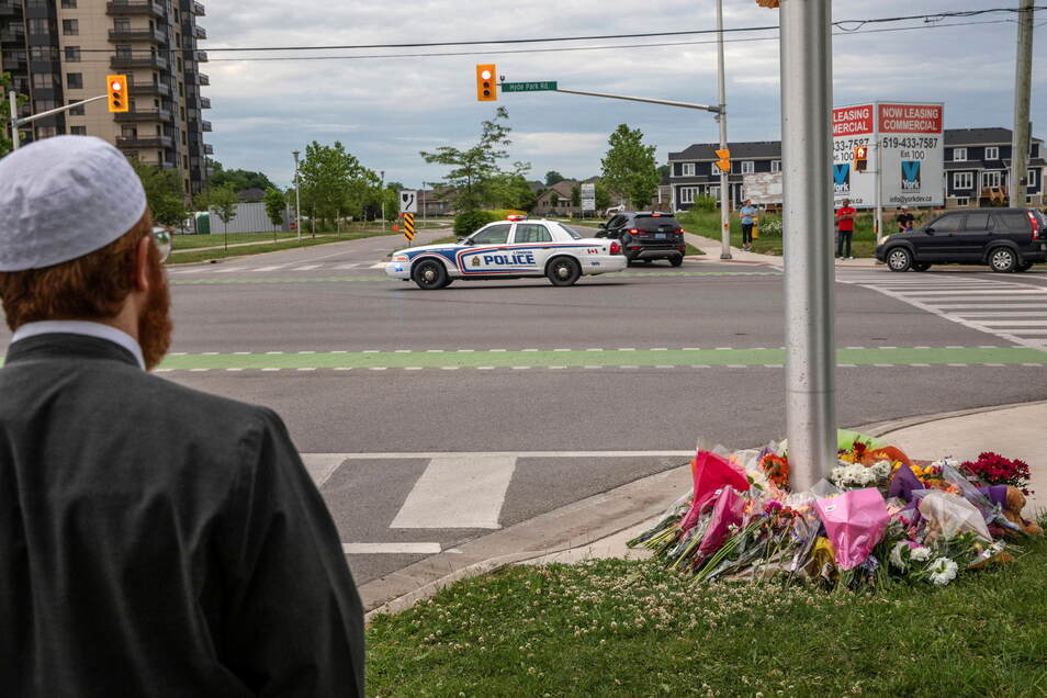 Ein Polizeiauto fährt an der Stelle vorbei, an der eine fünfköpfige Familie von einem Autofahrer angefahren wurde.