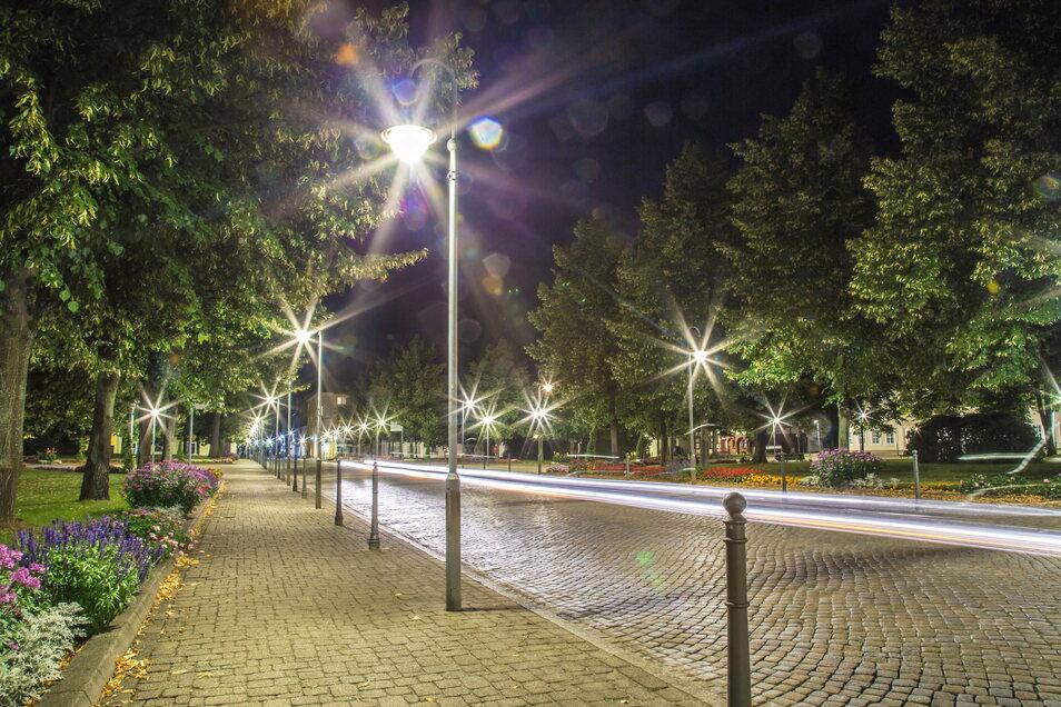 Vor etwa zehn Jahren hat die Stadt Niesky begonnen, herkömmliche Straßenbeleuchtung gegen moderne LEDs auszutauschen. Der Zinzendorfplatz war das erste Projekt.