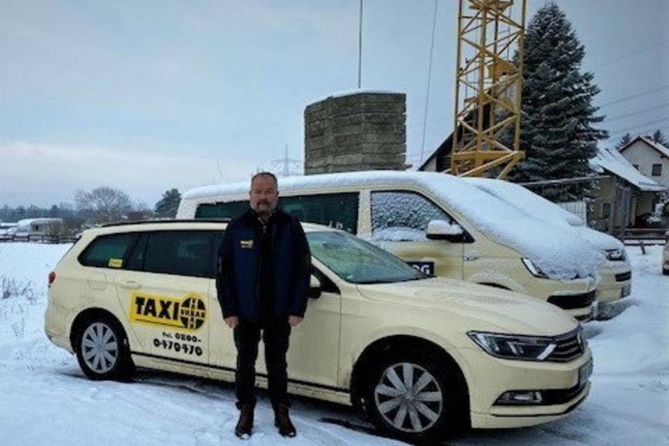 Andreas Urban vor seinen Taxen: Nur wenige davon müssen überhaupt vom Schnee befreit werden.