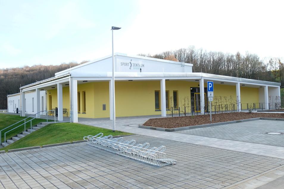Schon seit Herbst vorigen Jahres fertig, nun wird sie eingeweiht: die neue Sporthalle in Schieritz.