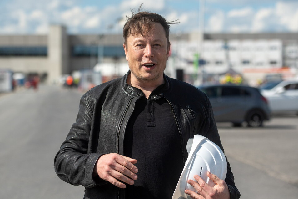 Elon Musk, Tesla-Chef, hat sich ein Bild vom Baufortschritt der neuen Fabrik in Grünheide bei Berlin gemacht, die wohl mehrere Monate später als ursprünglich geplant die Produktion aufnehmen wird.
