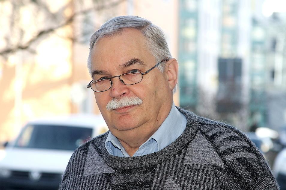 Bernd Barthel kam 1946 in Niesky zur Welt, wo er noch die Ruinen der Nachkriegszeit erlebte. Der Imker und Tierarzt führt bis heute das traditionsreiche Geschäft, das sein Großvater von 140 Jahren gründete.