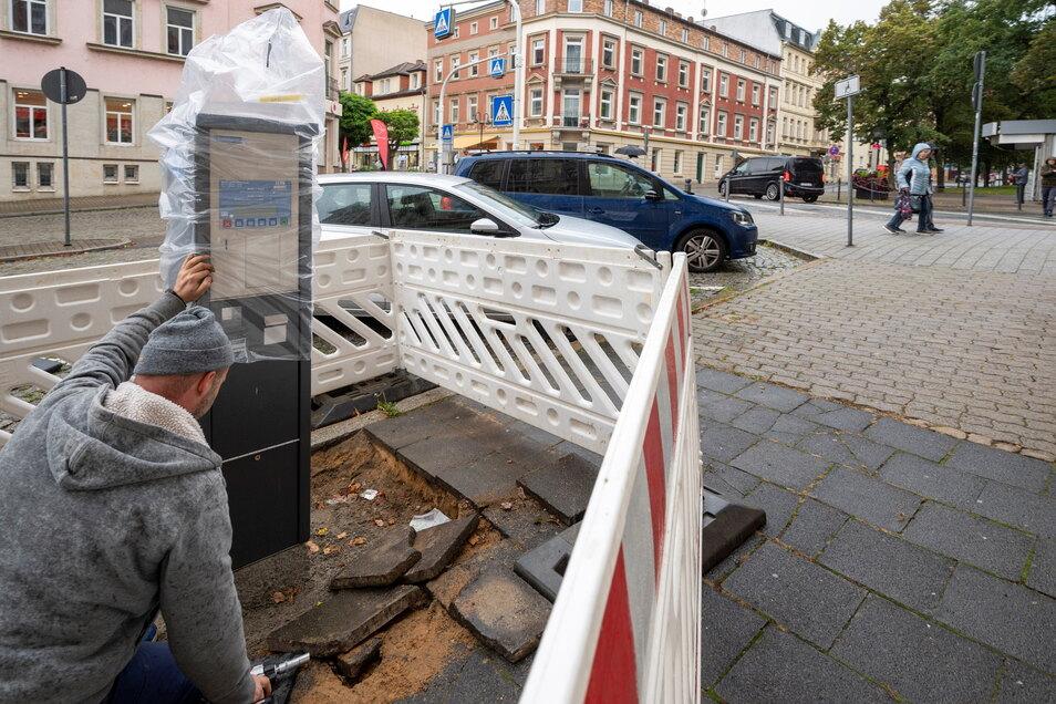 Einer von neun neuen Parkautomaten, die am Dienstag in Riesa aufgestellt wurden - hier an der Breiten Straße.