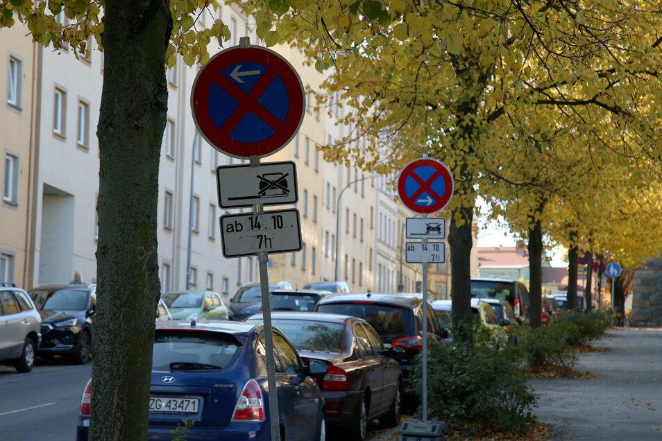 Nicht immer einfach: die Parkplatzsituation auf der Hugo-Keller-Straße. Besonders in Verbindung mit der Straßenreinigung bringt sie manchen Anwohner und Autofahrer zur Verzweiflung.