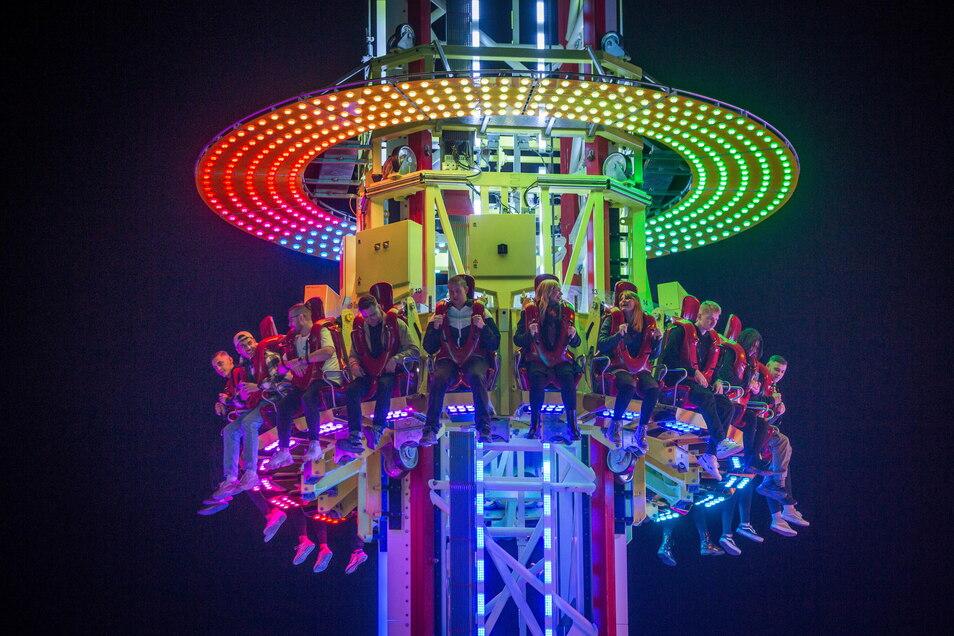 Spitze Schreie zwischen Himmel und Erde: Besucher auf dem Volksfestgelände am Samstagabend.