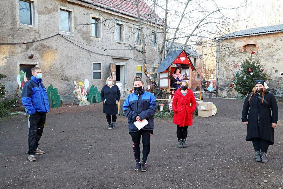 """Jens, Simone, Josephine, Jessica und Vicky Bosse auf dem Grundstück in Poppitz. Hier veranstalteten sie am Sonntag einen """"märchenhaften Spaziergang"""" – dem die Staatsmacht ein jähes Ende bereitete. Die Familie hat dafür kaum Verständnis."""