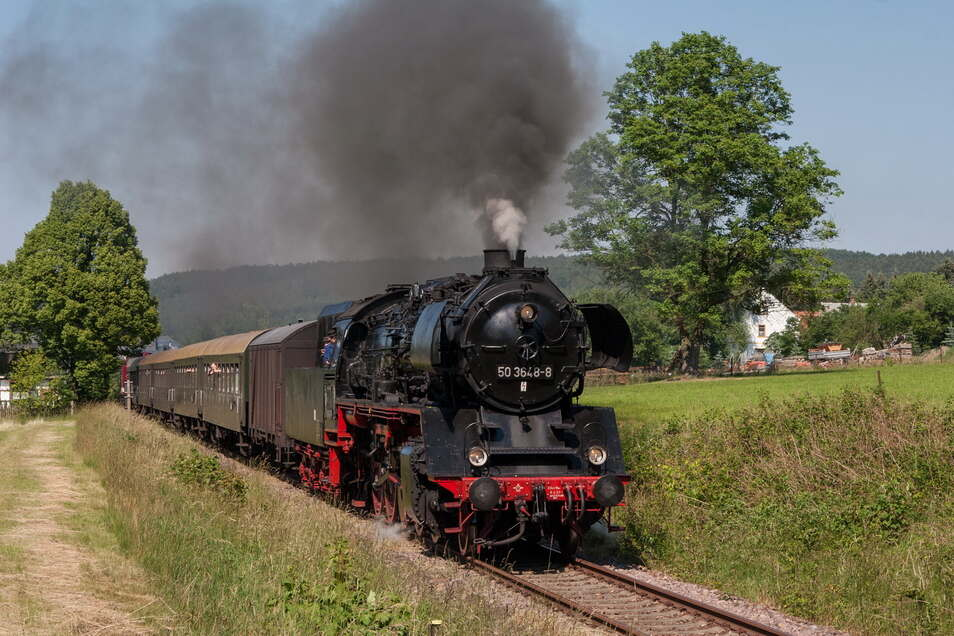 Die Dampflok 50 3648 des Sächsischen Eisenbahnmuseums fährt mit einem Sonderzug durch die Oberlausitz.