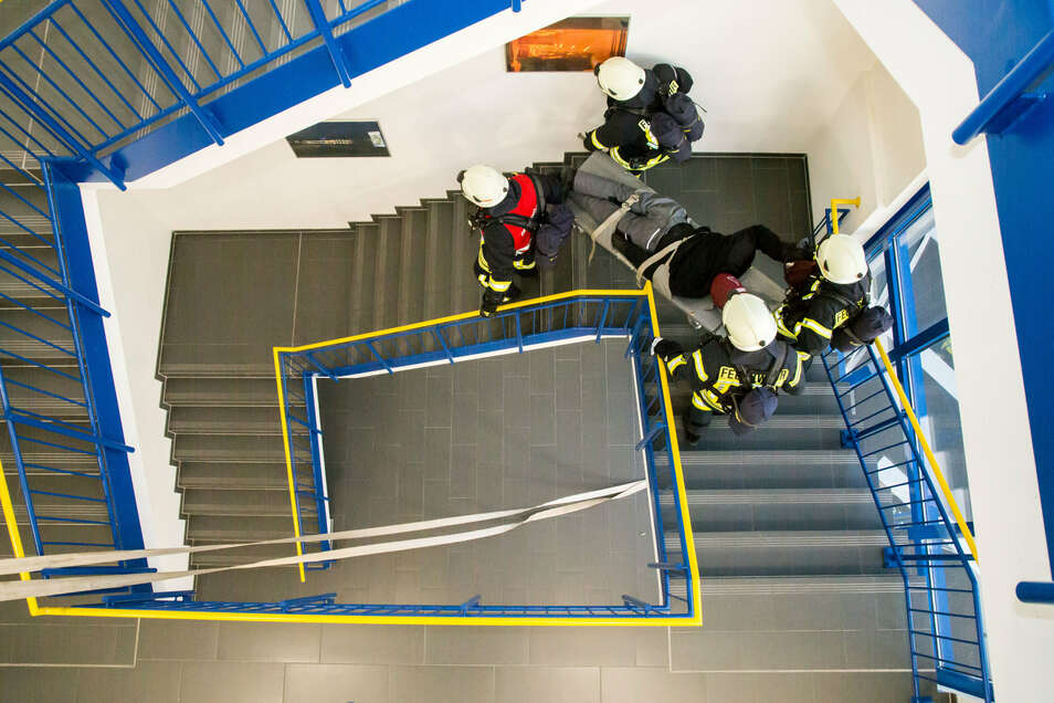 Zu den Aufgaben der Ausbildungsübung bei Borbet gehörte auch die Bergung einer Puppe, die über das Treppenhaus abtransportiert werden musste.