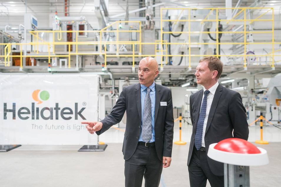Großer roter Knopf: Vor zwei Jahren startete Sachsens Ministerpräsident Michael Kretschmer mit Heliatek-Chef Guido van Tartwijk symbolisch eine Anlage. Doch noch gibt es keine Massenproduktion.