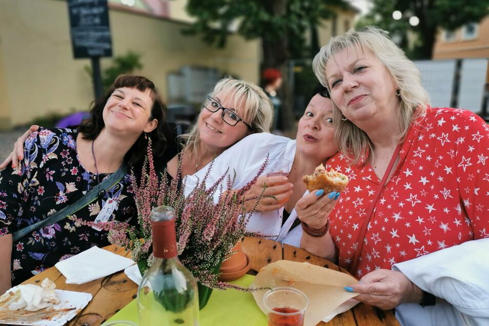 In Minki's Forstwirtschaft drehte sich drei Tage alles um Genuss, regionales Essen und Musik. Auch Diana Heinrich, Silke Maak, Kerstin Klotz und Karin Mangold (v.l.) freuten sich über Kamenzer Würstchen, Fischsemmel, Schaschlik & Co. Die Kamenzer Fleische