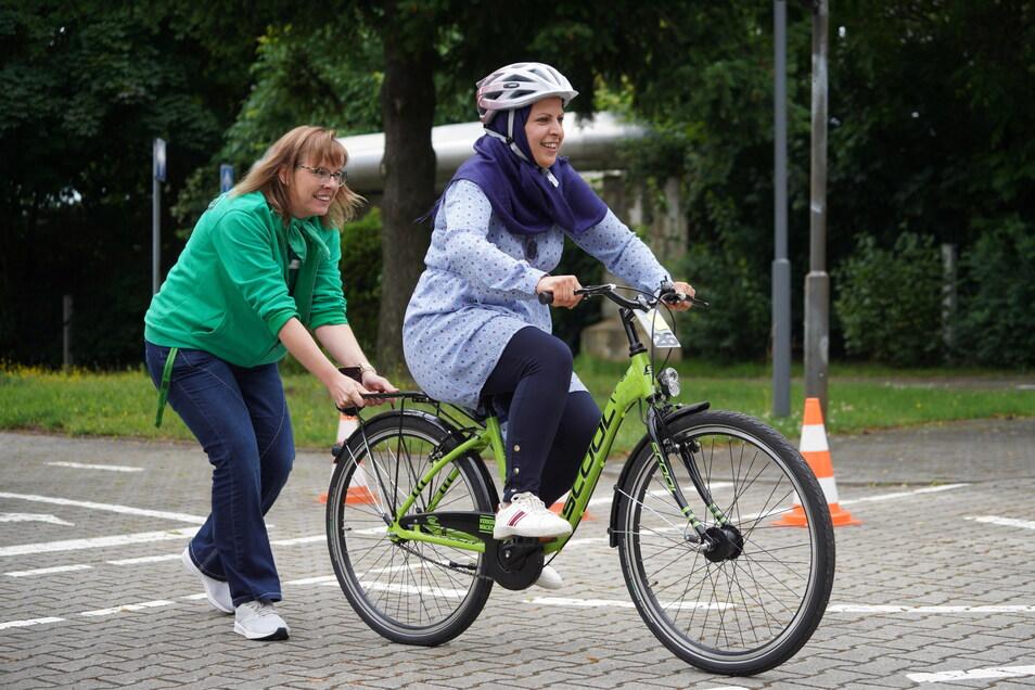 Ruba Osman lernt gerade Fahrradfahren - Anne Krumbholz, Projektkoordinatorin bei der Kreisverkehrswacht Bautzen, hilft ihr dabei.