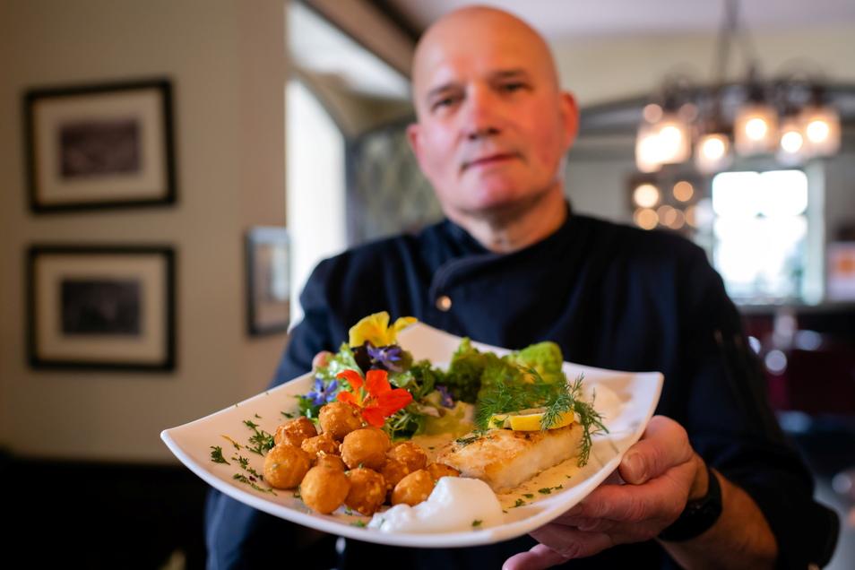 In Bautzens höchstgelegenem Restaurant auf dem Hof der Ortenburg präsentiert Koch Claus-Michael Kunert gebratenes Kabeljaufilet mit Djion-Senfsauce, leichter Vanille-Note, Mandelbällchen und gebutterten Röschen.