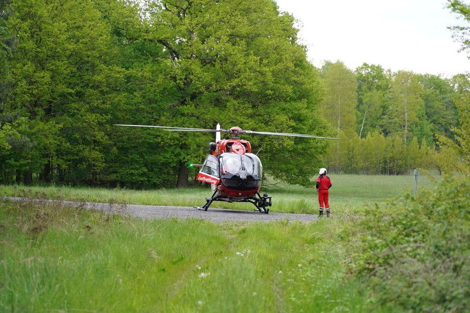 Ein Rettungshubschrauber flog den Fahrer des Mercedes schwerverletzt in ein Krankenhaus.