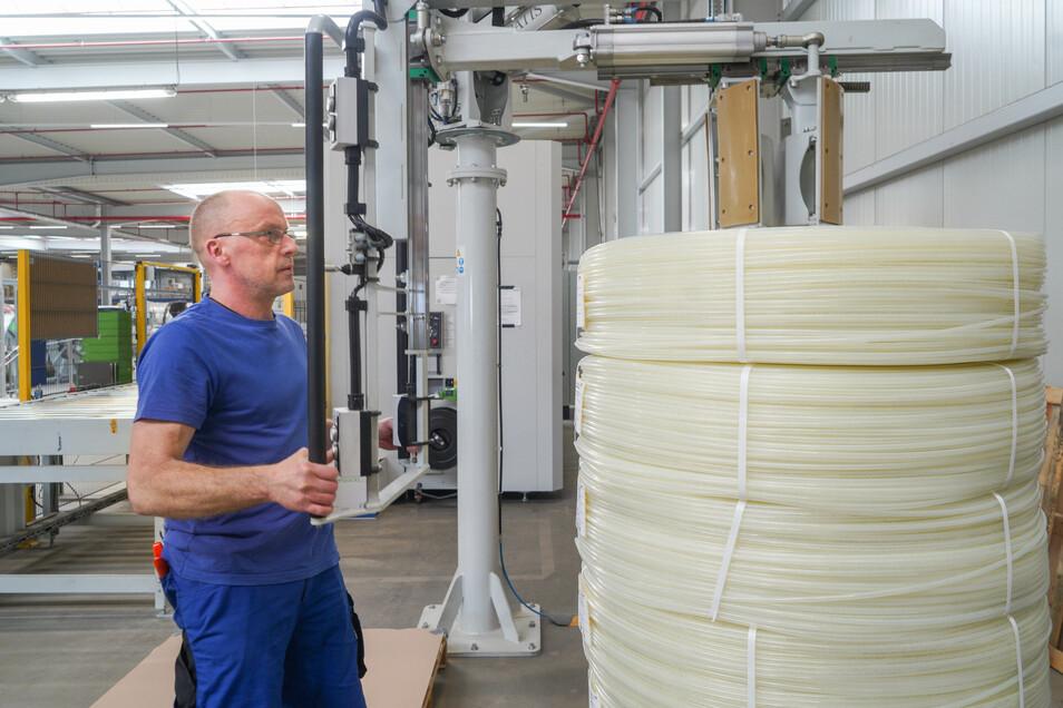 Jens Pilz kümmert sich hier um die Kabellängen für einen Kunden, der sie in kleinerer Abmessung zur Weiterverarbeitung braucht.