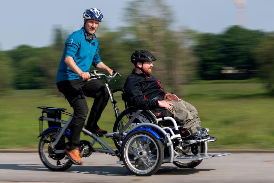 """Mit dem Velorad können auch Körperbehinderte wie Robert Jentzsch Fahrradtouren genießen. Fahrer Mathias Gerber leitet den Verein """"Jetzt entscheide ich"""", der Rollstuhlfahrer im Alltag unterstützt, berät und begleitet."""