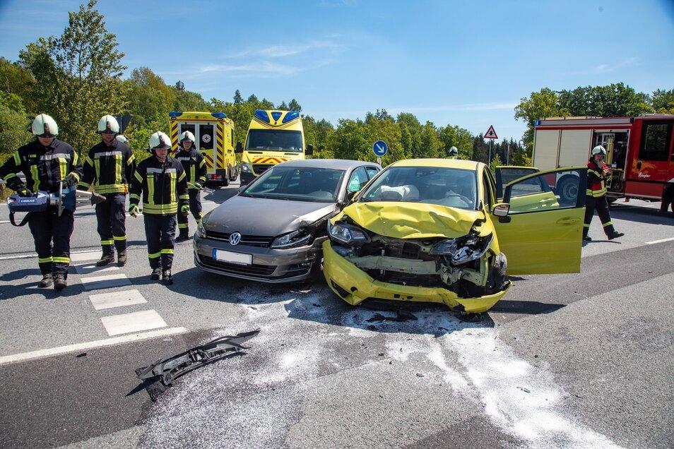 Ein VW und ein Honda sind am Montagmittag in der Nähe von Putzkau zusammengestoßen.