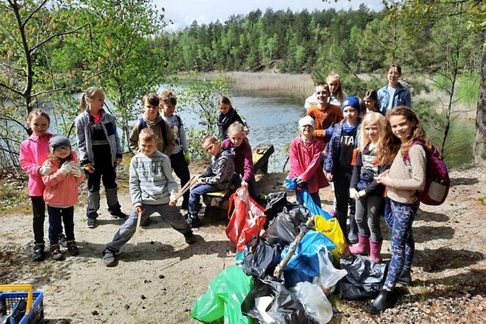 """Am """"Grünen See"""" wurde von Erwachsenen und Kindern aus Bröthen/Michalken eine Müll-Sammelaktion gestartet. Eine ganze Menge kam dabei zusammen."""