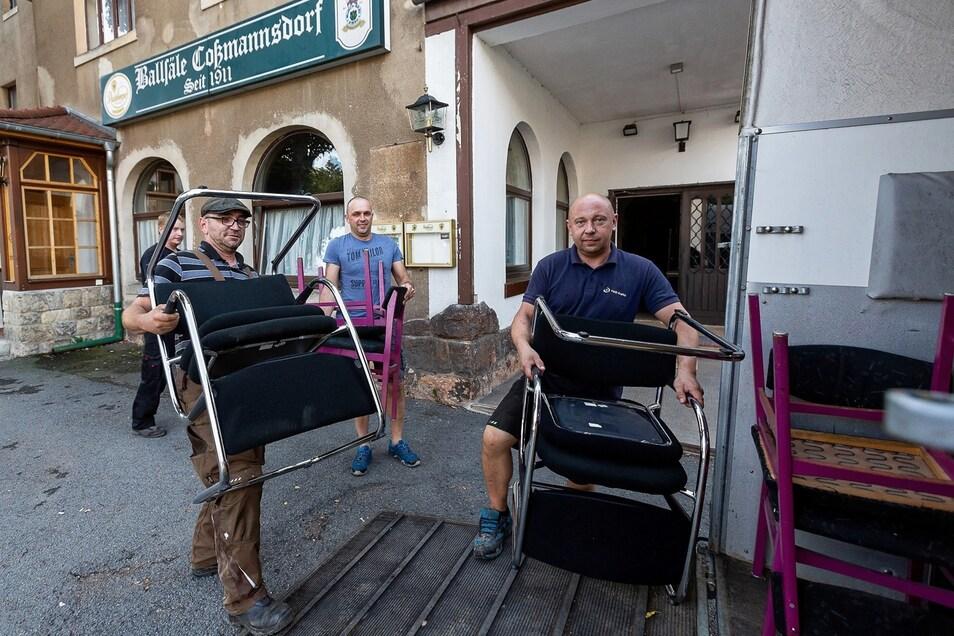 Kehraus: René Winkler, Marko Weidlich und Marco Thiele (von links) beräumen das BC. Im September soll die große Sanierung beginnen.