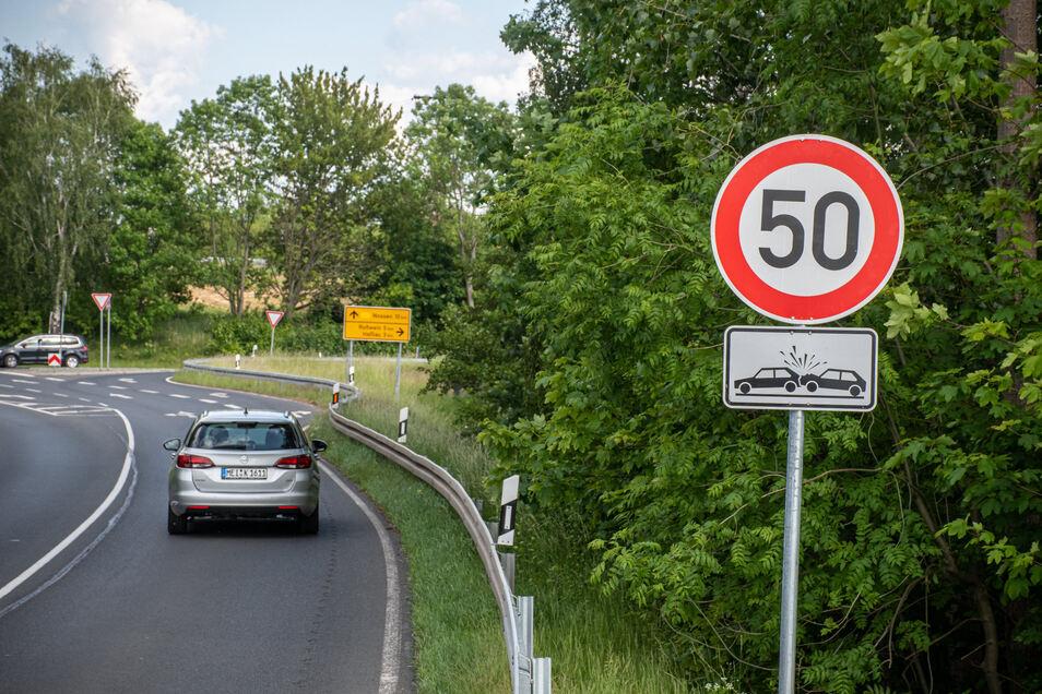 An dieser Kreuzung der B175 bei der Anschlussstelle Döbeln-Ost gilt seit Montag 50. Das hat die Polizei bereits am Dienstag überprüft.