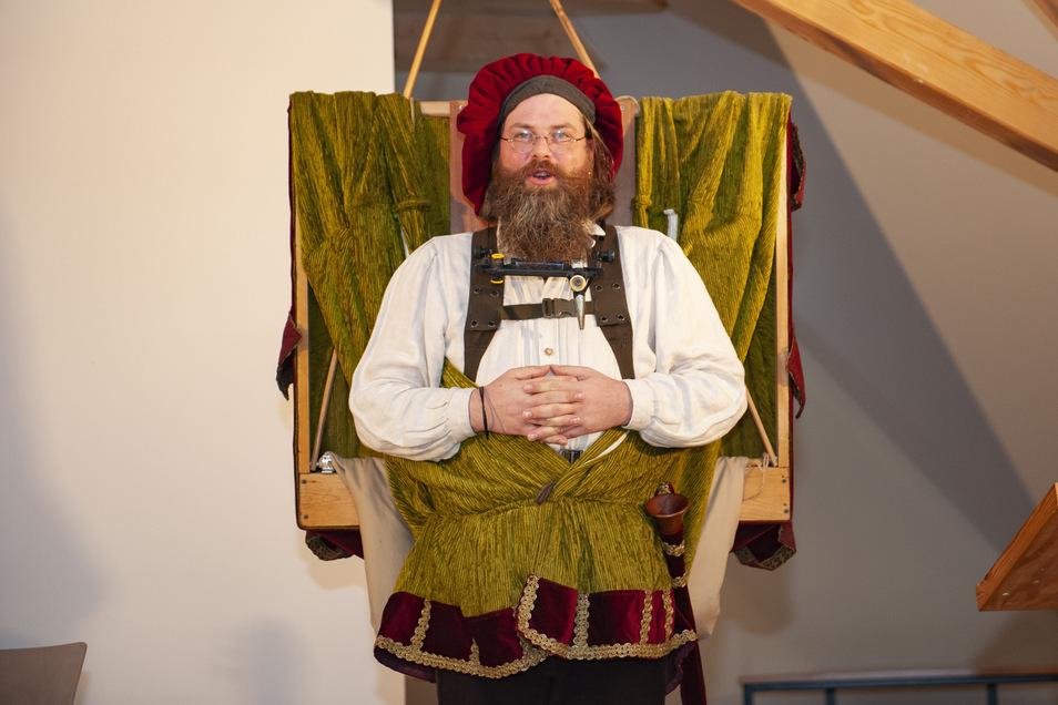 Puppenspieler Camillo Fischer erfreut die Eröffnungsgäste.
