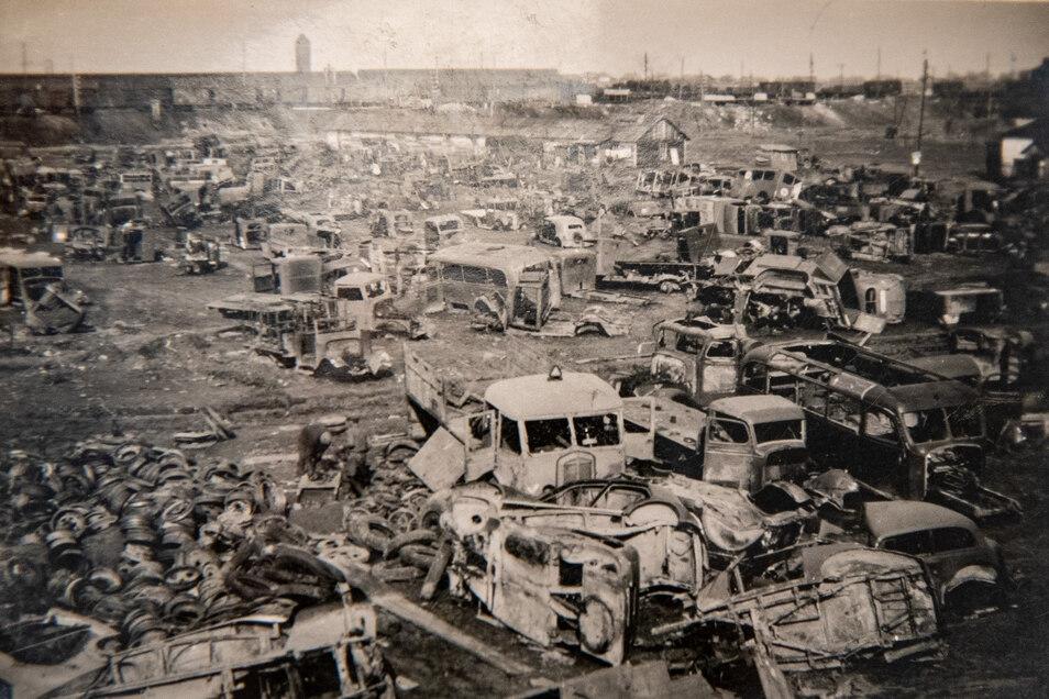 Der Krieg verschleißt Truppen und Technik: Autofriedhof in der von deutschen Einheiten besetzten russischen Stadt Roslawl 1942.