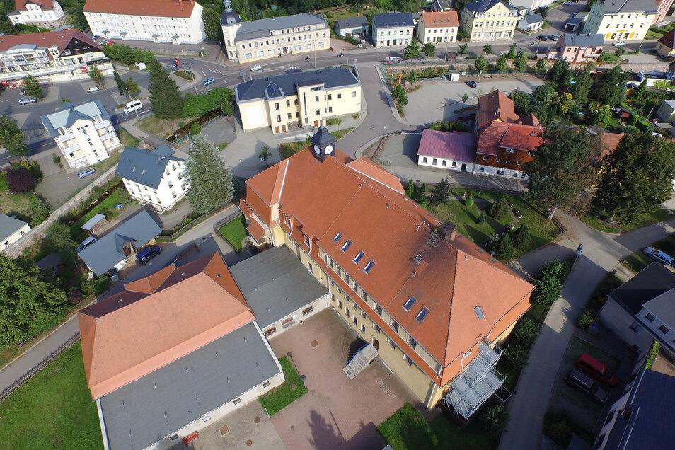 Die alte Turnhalle der Oberschule Schmiedeberg ist links mit dem roten Dach zu erkennen. Sie wird jetzt nicht mehr benötigt. Dann ist Platz für eine Erweiterung der Schule.