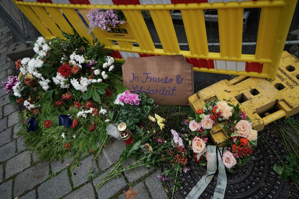 Mit Kerzen und Blumenkränzen wird der Opfer gedacht.