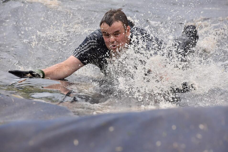 Philipp Wurst aus Dresden gefiel die Wasserrutsche bei seinem Lauf so gut, dass er sie gleich zweimal absolvierte.