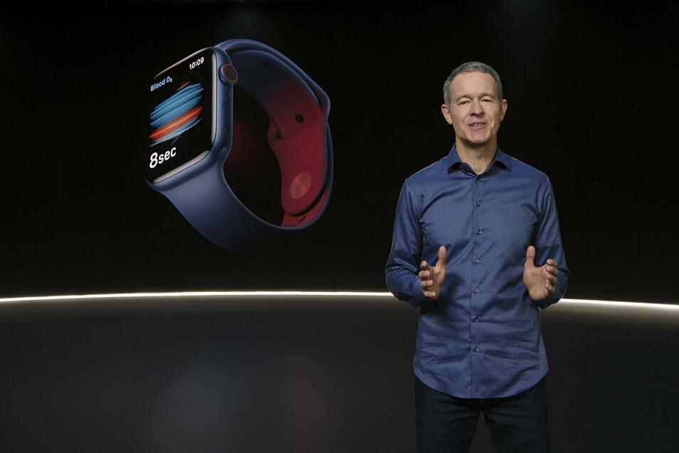 Jeff Williams, Chief Operating Officer von Apple, bei der Vorstellung einer neuen Uhr.