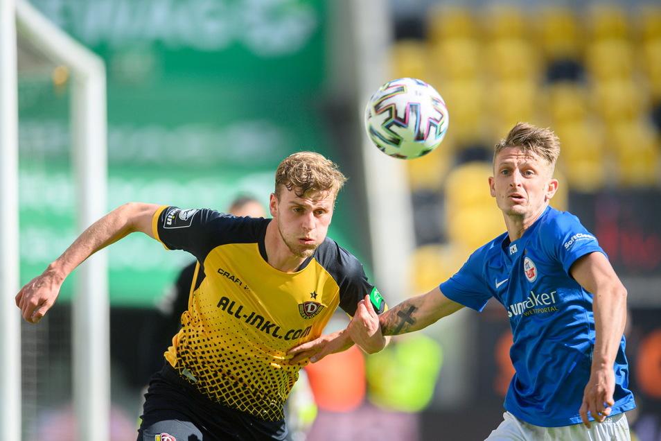 Christoph Daferner (l.) - hier gegen Rostocks Nico Neidhart - arbeitet wieder viel, aber bei seiner Schusschance kurz vor der Pause verzieht Dynamos bislang erfolgreichster Stürmer deutlich.