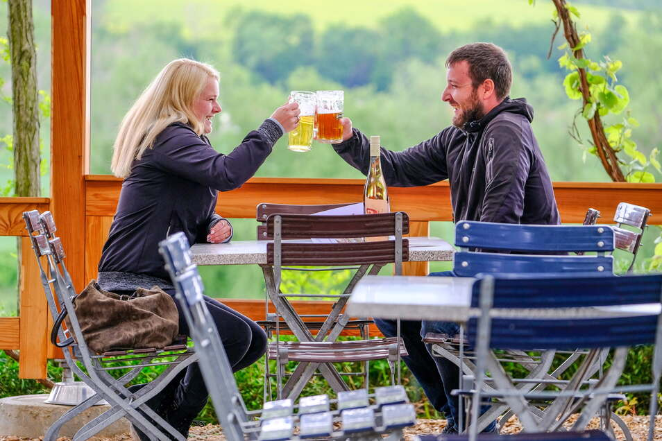 Neustart in Skopis Biergarten am Elberadweg in Coswig. Die ersten Gäste kamen sofort zum Öffnungstermin am Donnerstag, 13 Uhr.