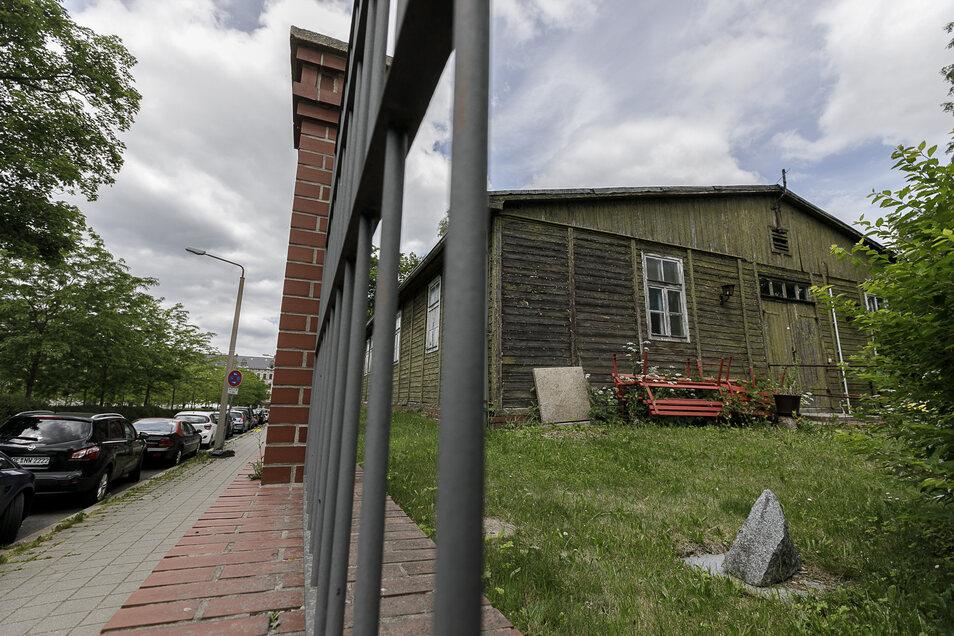 Seit 1942 steht diese Baracke am Lutherplatz, jetzt soll sie nach Polen in das Gelände des ehemaligen Gefangenenlagers Stalag VIIIA.
