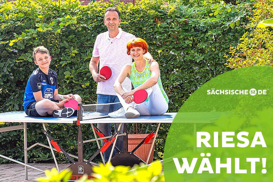 Abschalten an der Tischtennisplatte: Riesas amtierender Oberbürgermeister Marco Müller mit Sohn Arthur und Ehefrau Kathleen Kunze.