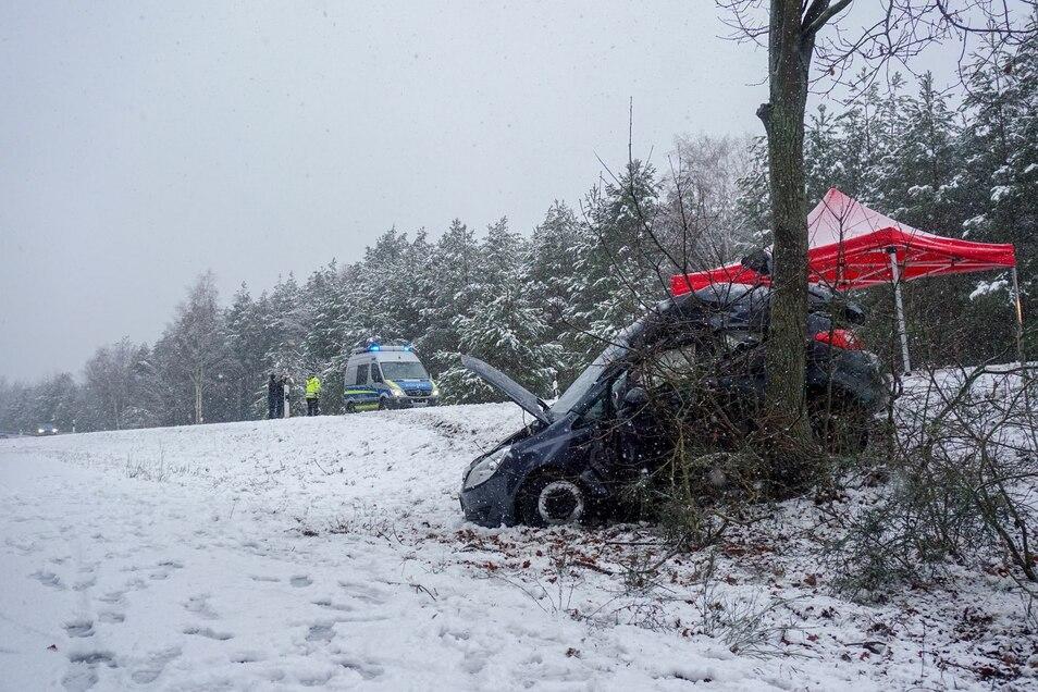 Der Unfallort auf der B156. Am Samstag hatte es im Raum Bautzen stark geschneit.