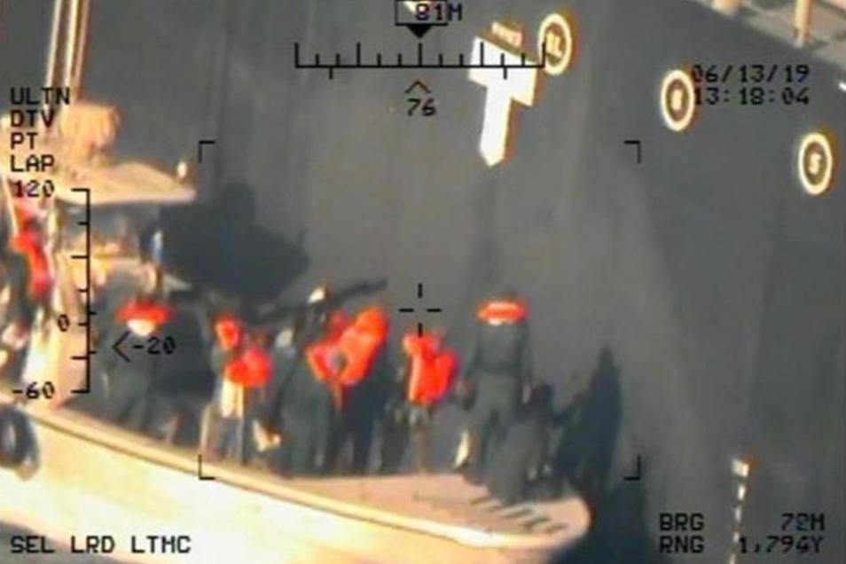 """Das Foto zeigt nach Angaben der Marine angeblich, wie Mitglieder der iranischen Revolutionsgarden eine nicht explodierte Haft-Mine von der Bordwand des Tankers """"Kokuka Courageous"""" entfernen."""