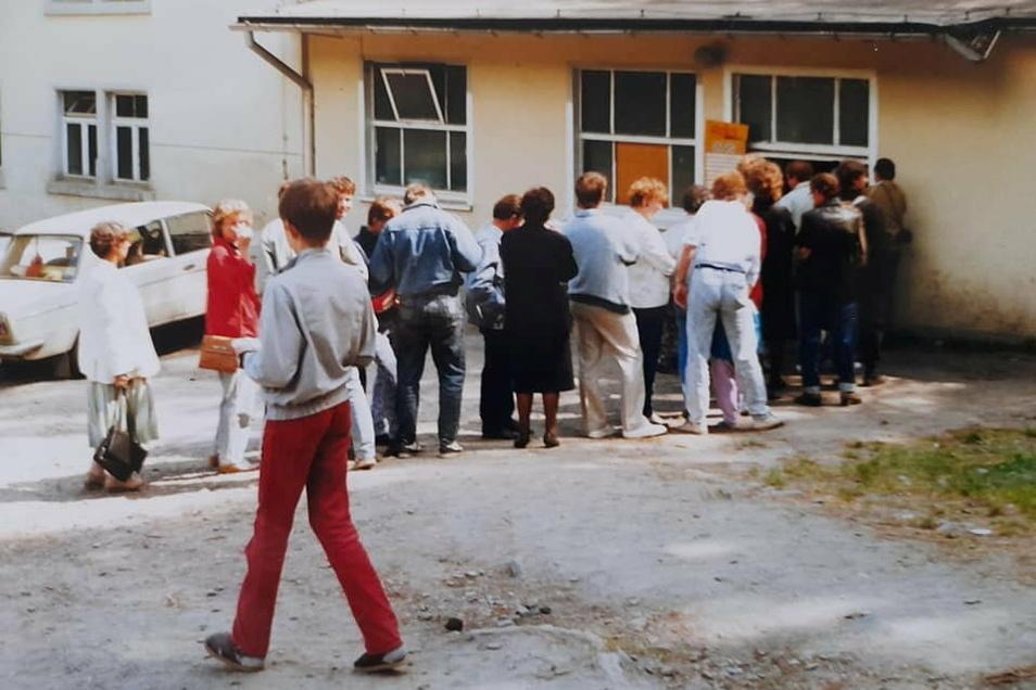 Anstehen am Imbiss der Hutberg-Gaststätte Mitte der 1990er-Jahre