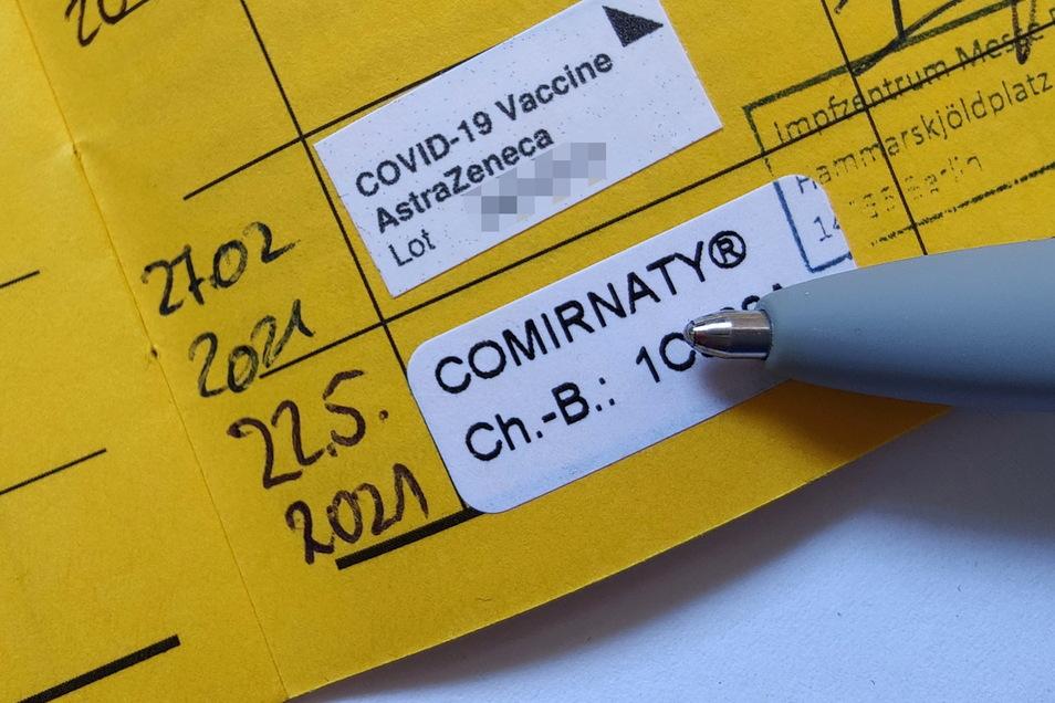 Ein Impfpass nach zwei erfolgten Impfungen gegen Covid-19 mit dem Vektor-Impfstoff von AstraZeneca und dem mRNA-Impfstoff Comirnaty von BiontechPfizer. Beide vertragen sich und wirken gut.