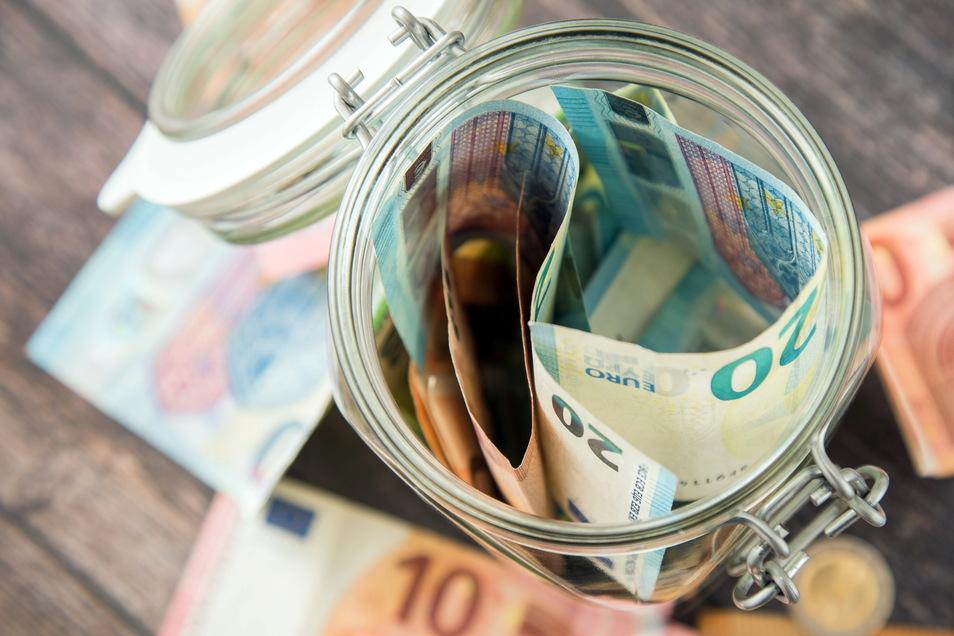 Betrüger wollten einen Senior in Königsbrück um sein Geld bringen. Ein Bankmitarbeiter verhinderte das.