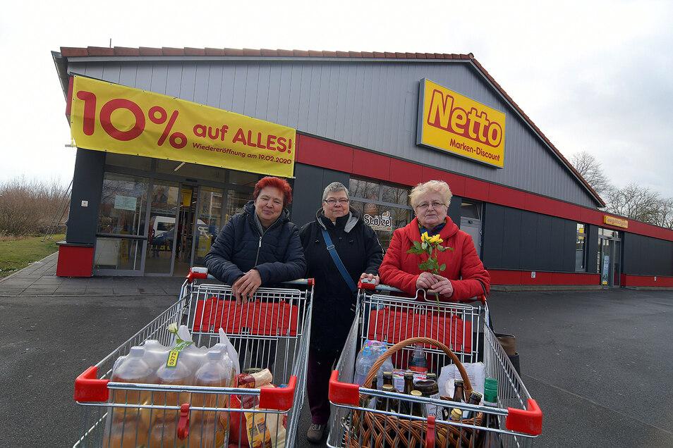 Veronika Seidel , Dagmar Birgel, Christine Elm (von links) freuen sich schon auf den modernisierten Netto-Markt. Zum Valentinstag kauften sie das letzte Mal vor dem Umbau ein und erhielten eine Rose als Geschenk dazu.