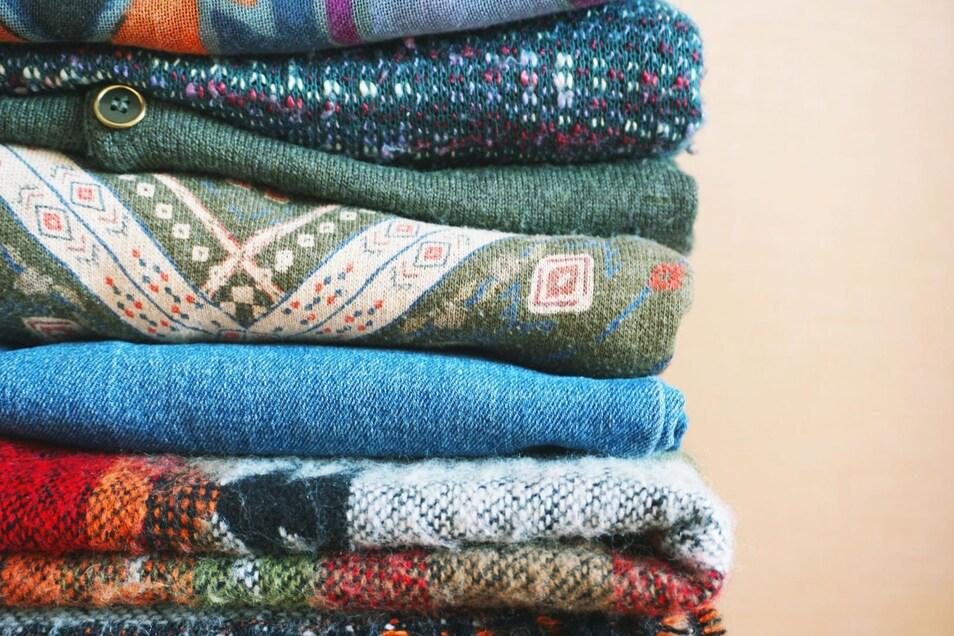 Wenn es warm wird, müssen sie raus: Die geliebten Winterklamotten müssen Platz für leichtere Mode machen.
