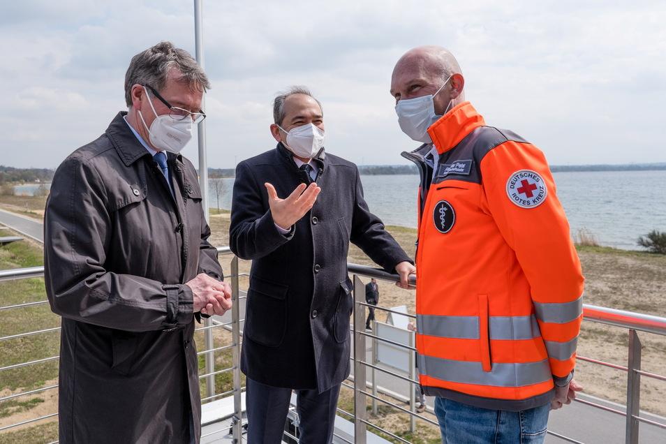 Von links: Gerd Richter vom Bergbausanierer LMBV, der Görlitzer Oberbürgermeister Octavian Ursu und Alexander Peter vom DRK auf dem Balkon der neuen Rettungsstation am Nordstrand des Berzdorfer Sees.