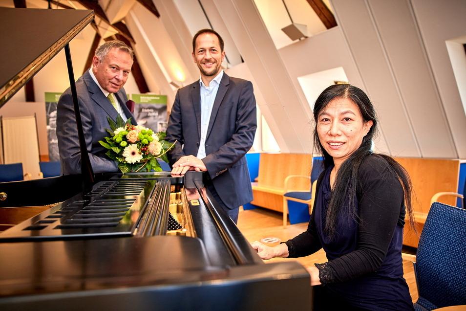 Konzert mit Lesung und Spendenübergabe des Rotary Clubs Überlingen: Pianistin Ching Fen Lee mit Bürgermeister Thomas Kunack und Dirigent und Rotarier Georg Mais aus Überlingen (v.r.n.l.).