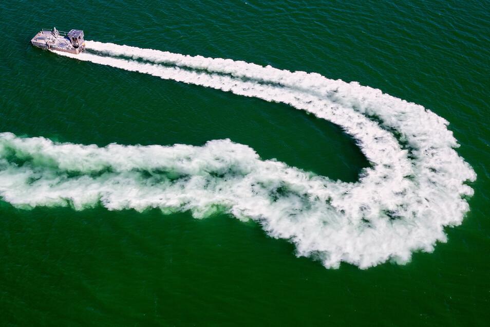 Bereits von März bis Mai dieses Jahres wurde neutralisierendes Kalkmehl in den See eingebracht.