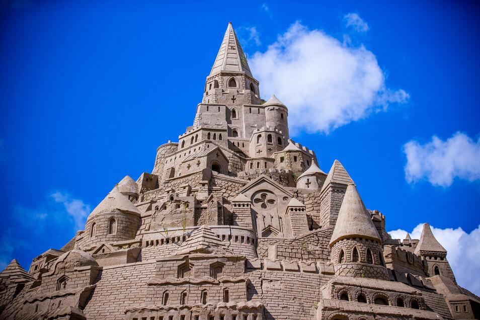 Die mit 17,66 Metern höchste Sandburg der Welt entstand im Juli beim Sandskulpturen-Festival auf der Ostseeinsel Rügen. Nun wird auch in Riesa ein Sandburg-Meister gesucht.