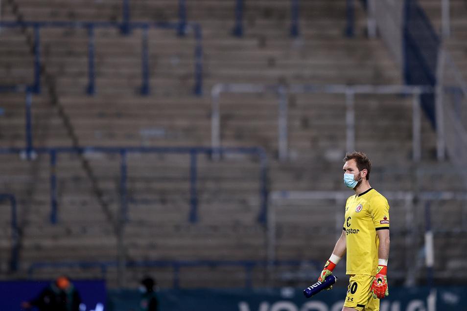 Robin Himmelmann, Torwart von St. Pauli, nach dem Geisterspiel gegen den VfL Bochum im Vonovia Ruhrstadion in Bochum.