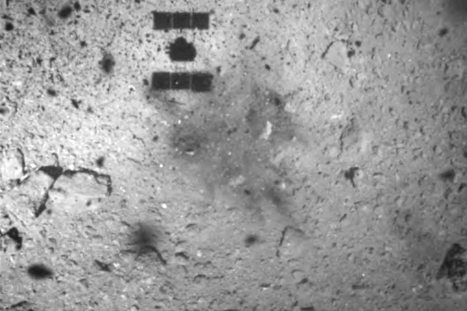 Dieses von der japanischen Raumfahrtagentur Jaxa veröffentlichte Bild vom Februar 2019 zeigt den Schatten der Sonde «Hayabusa2» (Mitte oben) nach seinem erfolgreichen Aufsetzen auf dem Asteroiden Ryugu.