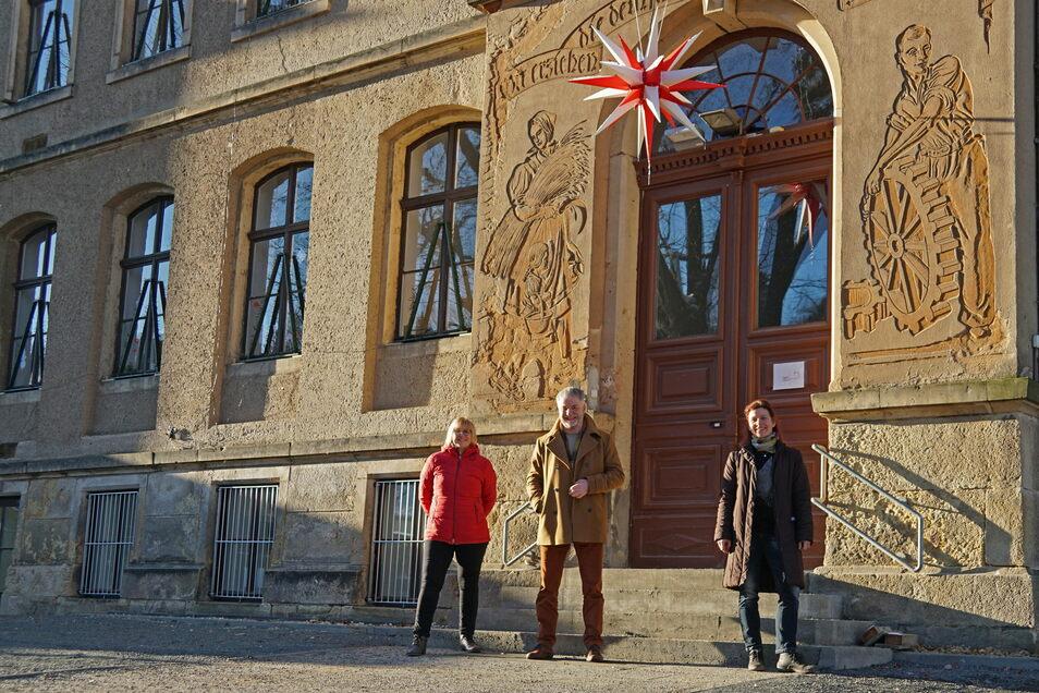 """Conny Winkler (rechts) freut sich als Leiterin der Kita """"Alte Schule"""" auf ihre neue Aufgabe. Zur kleinen coronakonformen Eröffnung waren auch Oberbürgermeister Uwe Rumberg (Mitte) und Heike Liebhold, Leiterin der Kita """"Wurzelzwerge"""", dabei."""